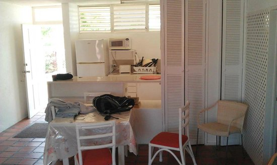 Monteray Apartment Hotel: Small dining table and kitchen area