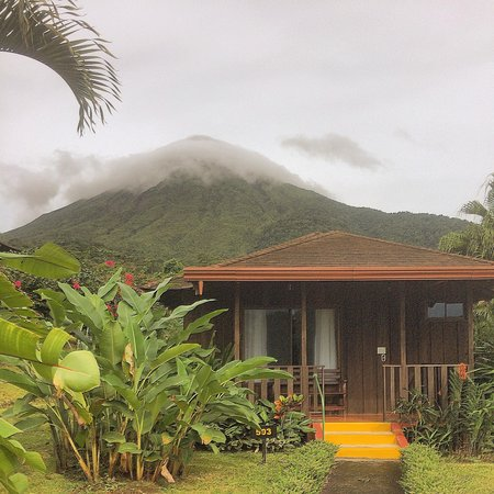 Hotel Lomas del Volcan: Our cabin, look how close volcano is! Great place!