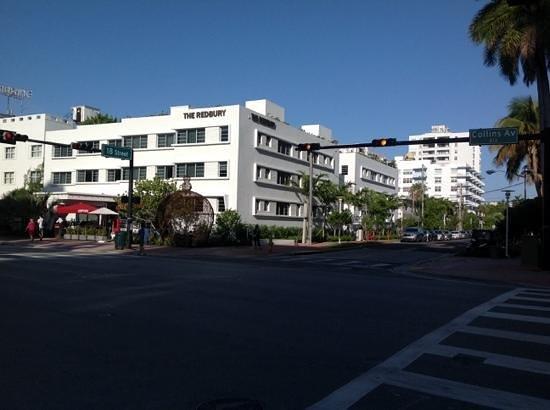 The Redbury South Beach: L'hôtel et son restaurant au rez-de-chaussée. La piscine est située idéalement sur le toit.