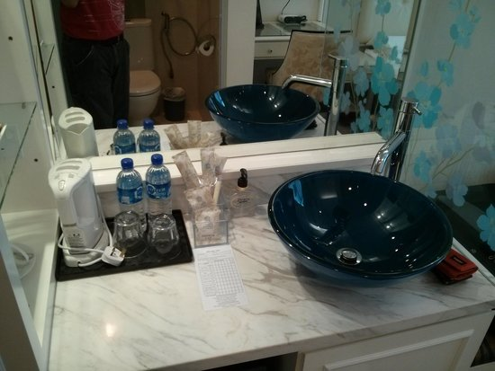 Jayleen 1918 Hotel: The wash basin is situated outside from the shower/toilet
