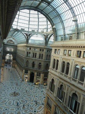 Hotel Art Resort Galleria Umberto: En se penchant par la fenetre ...