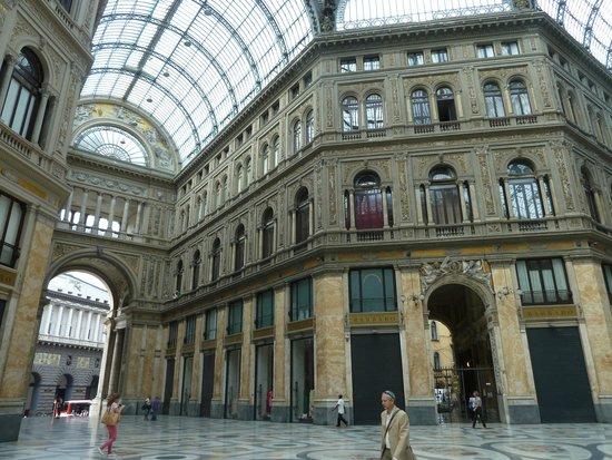 Hotel Art Resort Galleria Umberto: L'hotel est au 4e étage, sous les combles
