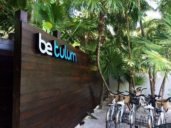 Be Tulum Hotel : The entrance with bikes you can use at anytime. Very clean and chic
