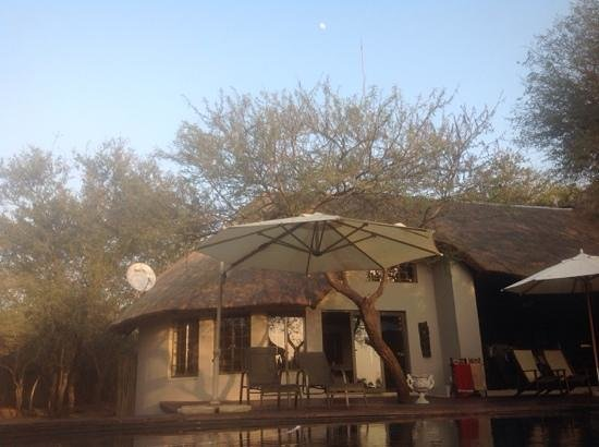 Mvuradona Safari Lodge: A view from the swimming pool with the moon still above
