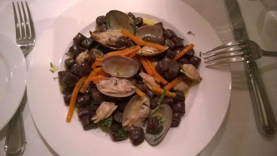 Bottega Sarra 1932 : gnocchi di cacao con vogole veraci, carote e aneto