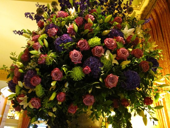 The Promenade at The Dorchester: Gorgeous bouquets all through the Promenade
