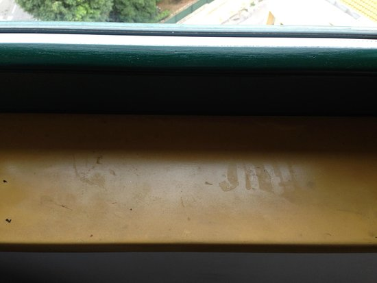 Hotel Catalunya: Grimy window sill