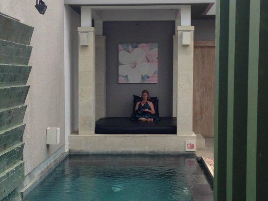 The Seiryu Villas: Bed next to pool