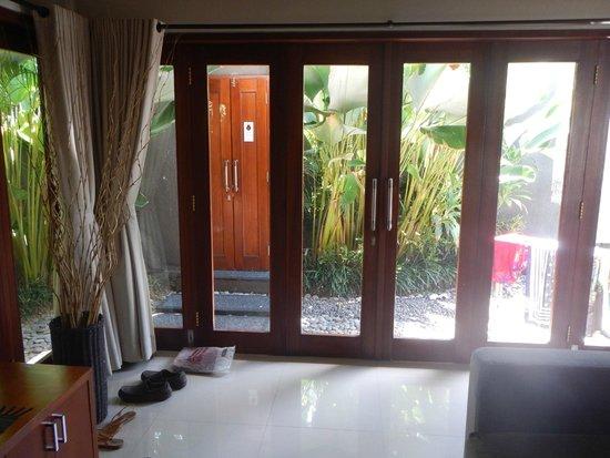 Legian Kriyamaha Villa : Way to the villa's main door