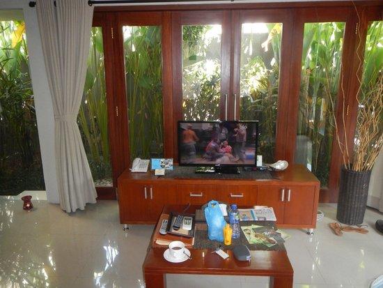 Legian Kriyamaha Villa : Outside is a small terrace