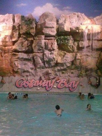 Cedar Point's Castaway Bay : water park wave pool