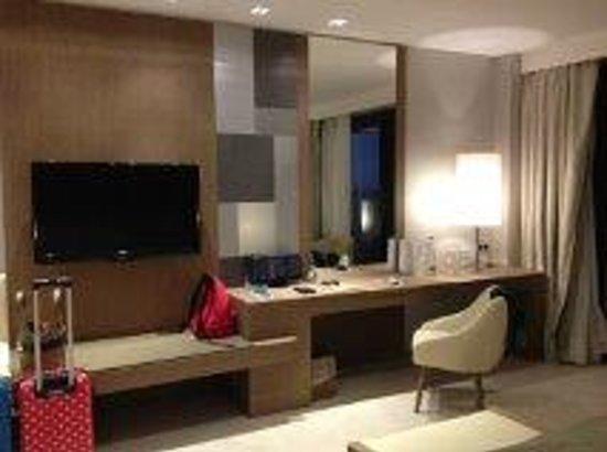 Don Carlos Leisure Resort & Spa: Desk & TV