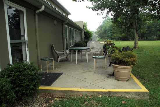 Holiday Inn Express Bedford: Patio by the Pool