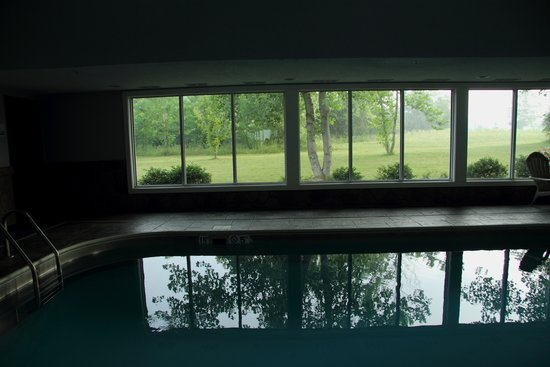 Holiday Inn Express Bedford: Pool View - Extra Pretty!