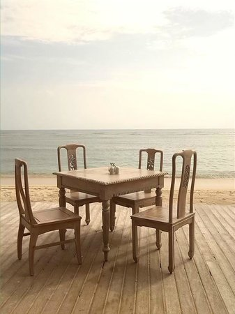 Aston Sunset Beach Resort : One of the table fot he dining room. Eating almost with the feet in the sea sand!