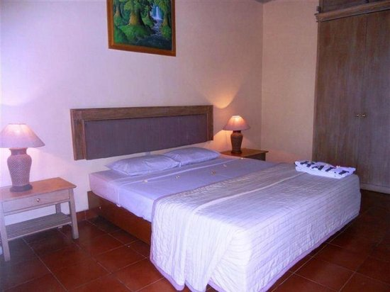 Bali Lovina Beach Cottages: room queen bed