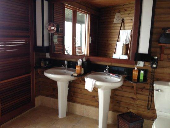 Kuredu Island Resort & Spa: His and hers , beautiful bathroom with ses view