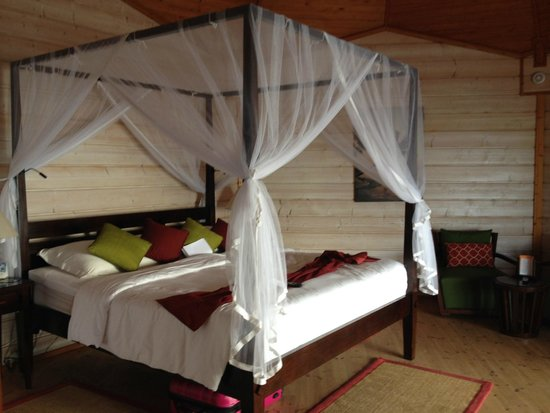 Kuredu Island Resort & Spa: Four poster bed room was immaculate