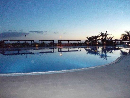 La Palma Princess & Teneguia Princess: Une des piscines au coucher de soleil