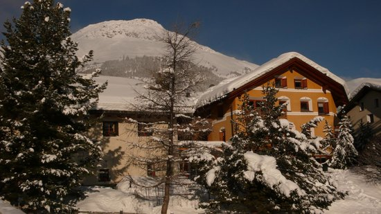Hotel Chesa Rosatsch: Hotel Rosatsch vom Inn aus gesehen