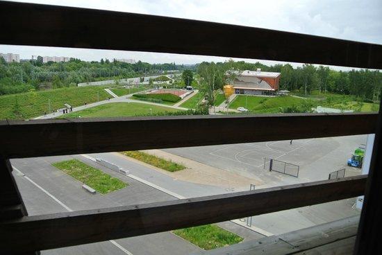 Raphael Hotel Waelderhaus: S-bahn не беспокоил даже при открытом окне. Вид из 409 на площадку позади отеля.
