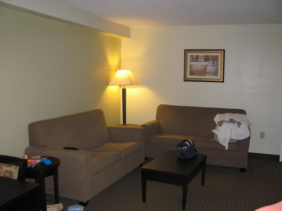 MainStay Suites: Living area