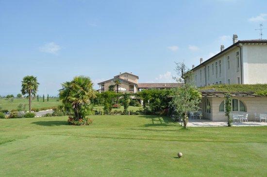 Chervo Golf Hotel Spa & Resort: Entrada al hotel y zona exterior de desayuno