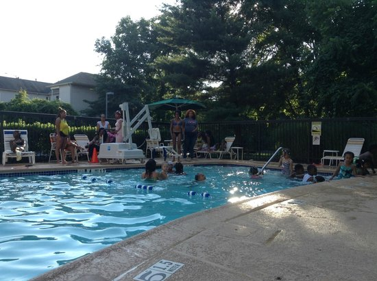 La Quinta Inn & Suites Baltimore North / White Marsh: Very noisy kids at the pool