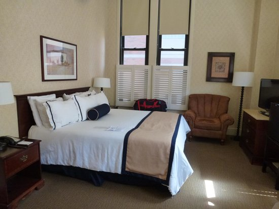 Marines Memorial Club Hotel: Comfy King Bed