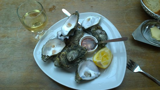 Chateau Quelennec Maison D'hote: Fresh oysters and white wine