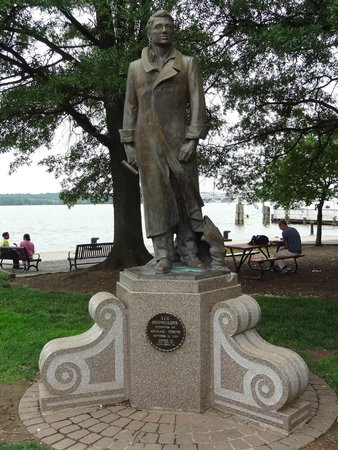 Old Town Waterfront: Statue in Waterfront Park!