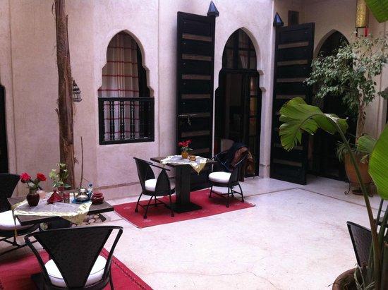 Riad Diana : camera e tavolino per cena e colazione