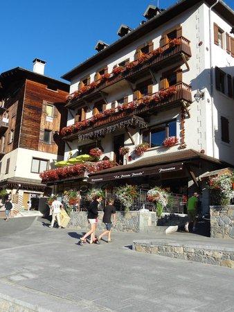 Hotel La Pointe Percee: la facade en été