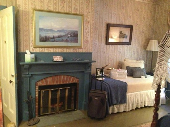 Mira Monte Inn: Grand Central Room fireplace and twin bed