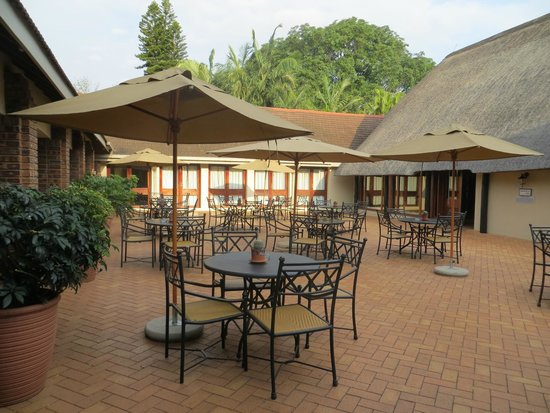 Protea Hotel by Marriott Hazyview: Cafe area outside restaurant