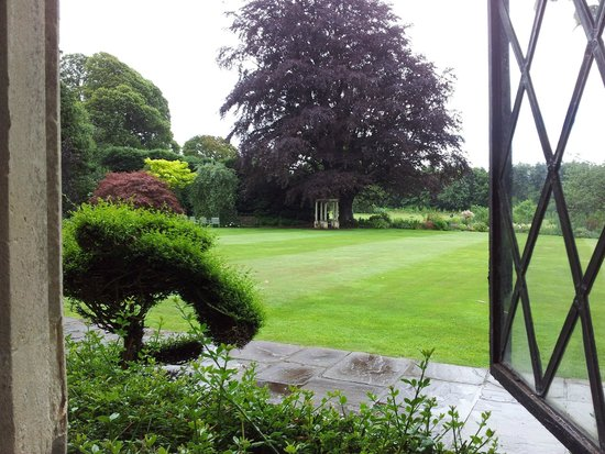 Miskin Manor Hotel and Health Club: View Of The Garden From The Dining Room
