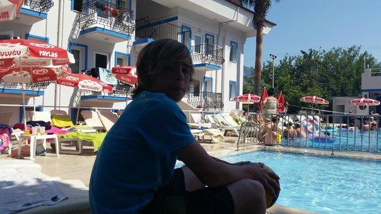 Akdeniz Beach Hotel: Poolside