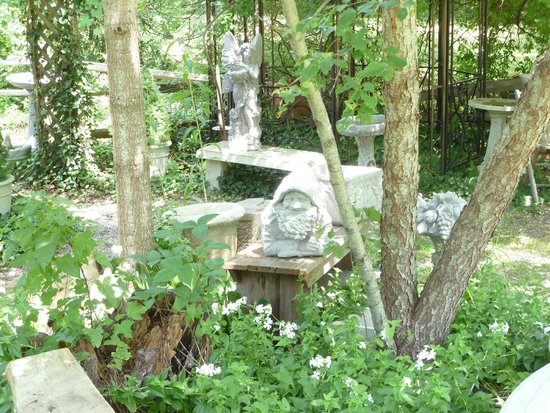 Tiverton Four Corners: Whimsical Gardens At Courtyards