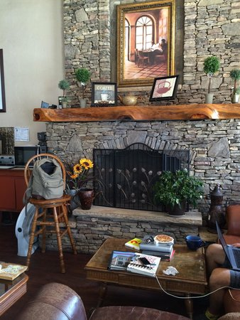 L&L Beanery: Another fireplace