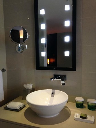 Southern Sun Abu Dhabi: Love the bathroom mirror