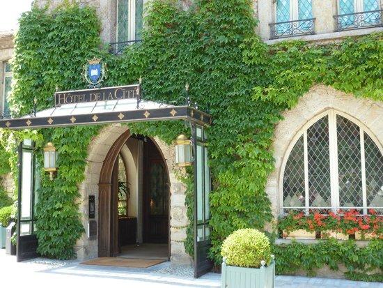 CHATEAU ET REMPARTS DE LA CITE DE CARCASSONNE: Le très chic Hôtel de la Cité et son restaurant étoilé