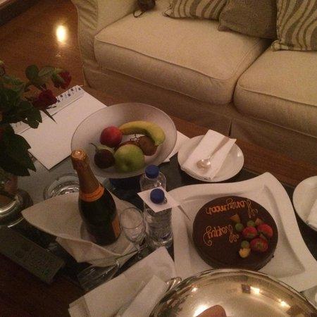 Elounda Beach Hotel & Villas: We've got an amazing cake for our honeymoon!