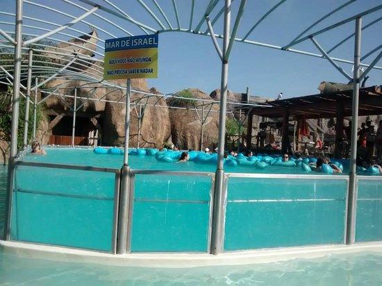 A piscina que n o afunda mesmo sem saber nadar simula o for Piscina de sal em olimpia