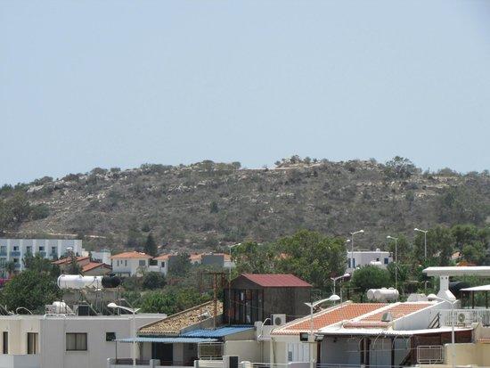 Tsokkos Beach Hotel: Вид из номера сбоку.