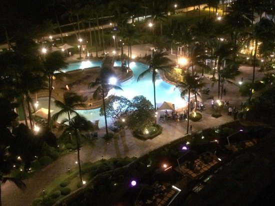 Sofitel Philippine Plaza Manila : Night view of pool from room