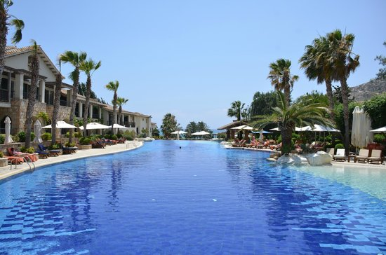 Columbia Beach Resort Pissouri : Nice pool with plenty of sunbeds