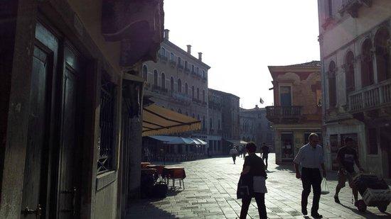 Leonardo Hotel: 日除けの出てる店の手前の路地を入ってすぐがホテル