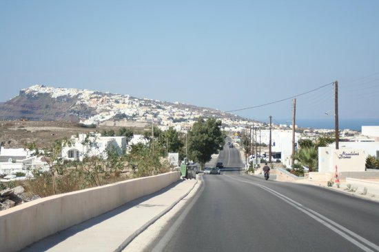 Lilium Villas: Main road into Fira
