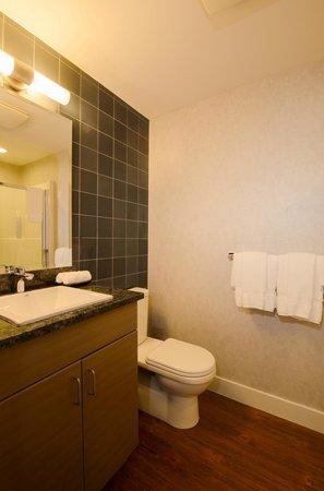 Skwachays Lodge: Deluxe Room Bathroom