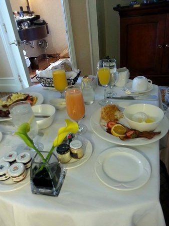 InterContinental Mark Hopkins San Francisco: breakfast in bed was so delicious. We tried almost everything on a menu. Egg Benedict was amazin